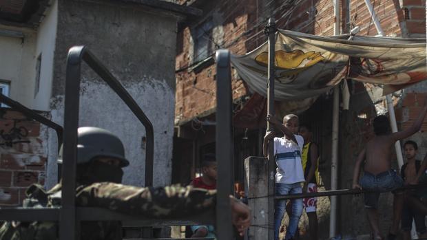 Soldados del ejército brasileño adelantan un operativo en el Complejo do Alemao