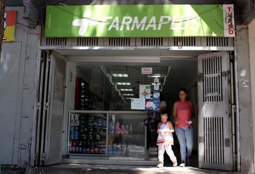 Una farmacia abierta en el oeste de la ciudad atiende a los clientes
