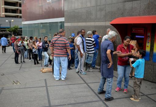 Venezolanos hacen cola para sacar el bono depositado en el carnet de la patria