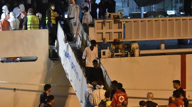 Salvini permite que desembarquen los 29 menores de los 177 inmigrantes