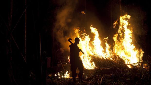 Un soldado incendia un campamento minero ilegal cerca del Parque Nacional de Canaima (Venezuela) en 2010
