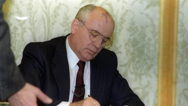 Gorbachov firma su renuncia como presidente de la URSS en diciembre de 1991