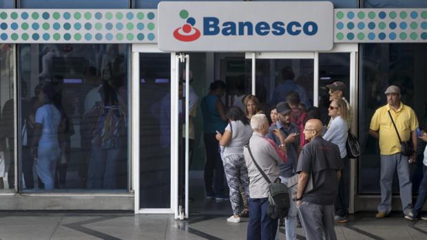La entrada en vigor del «paquetazo» de Maduro deja sin dinero a los venezolanos