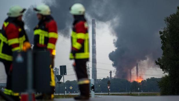 Diez heridos y 1.800 evacuados tras la explosión de una refinería en Alemania