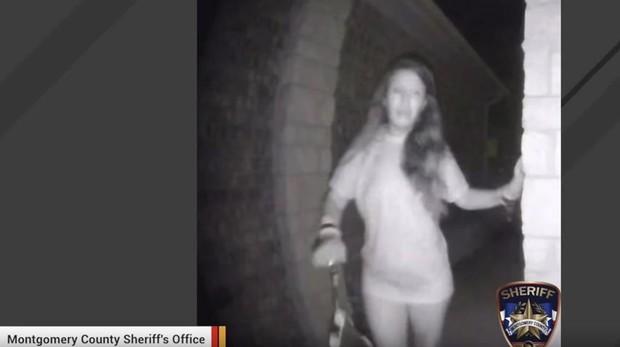 Hallan a la misteriosa mujer con esposas captada por una cámara de seguridad de madrugada en Texas