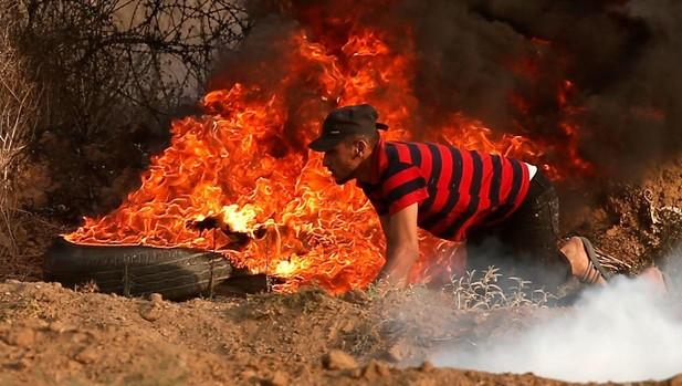 Un palestino protesta junto a la frontera de Gaza con Israel