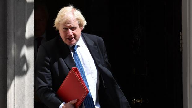 Boris Johnson dice que el plan de May para el Brexit es como «un chaleco bomba» que envuelve a Reino Unido