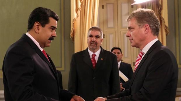 El presidente Nicolás Maduro, este martes, recibiendo las credenciales del nuevo embajador de Aelamani en Venezuela, Daniel Martin Kriener