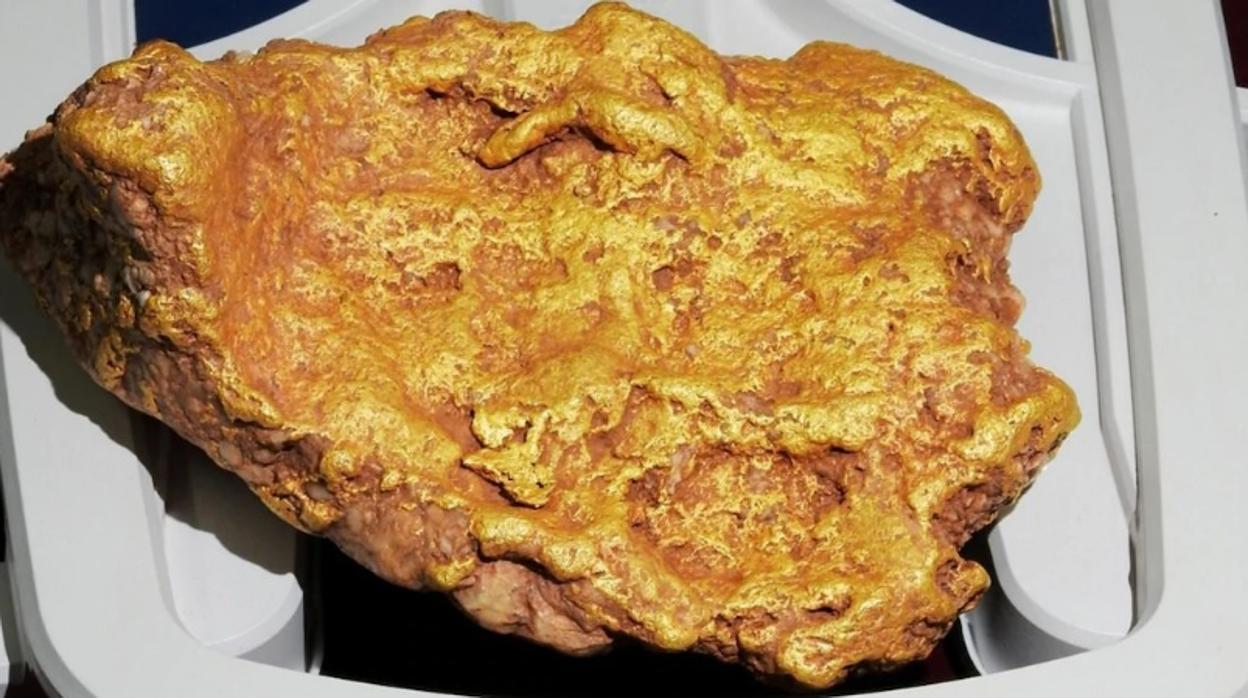 Un jubilado halla una enorme pepita de oro de más de 2 kilos en Australia
