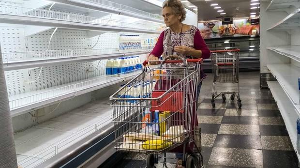 Una mujer intenta comprar en un supermercado de Venezuela