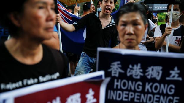 Activistas independentistas participan en una marcha que marca el 20 aniversario del traspaso de Hong Kong a la soberanía china del dominio británico, en Hong Kong