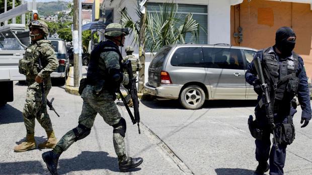Miembros de la Armada Mexicana y policías federales participan en una operación en Acapulco