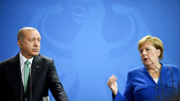 El presidente de Turquía, Recep Tayyip Erdogan (i), y la canciller alemana, Angela Merkel (d), ofrecen una rueda de prensa conjunta, en Berlín, Alemania, hoy, 28 de septiembre de 2018. Erdogan realiza una visita oficial al país del 27 al 29 de septiembre