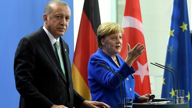 Merkel pide a Erdogan que libere a los periodistas alemanes