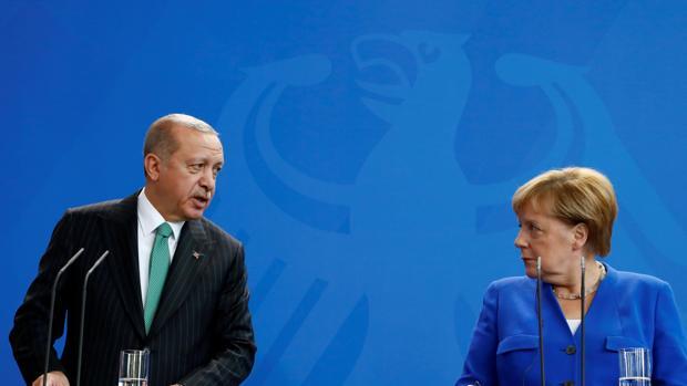Erdogan acusa a Alemania de proteger a terroristas turcos durante su visita oficial