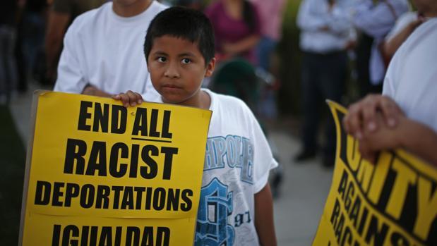 Un niño se manifiesta contra las deportaciones y la separación de los niños de sus familias en Murrieta