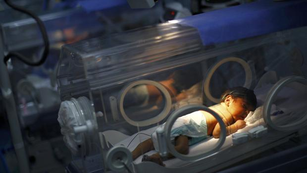 El mayor hospital materno de Venezuela impulsa el método «mamá canguro» por la falta de incubadoras