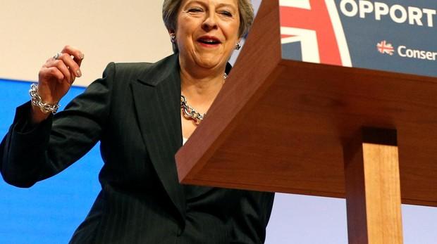 May pide unidad a los «tories» con duras críticas a Johnson y Corbyn