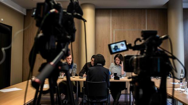 La mujer de Meng Hongwey, presidente de Interpol, habla con los periodistas