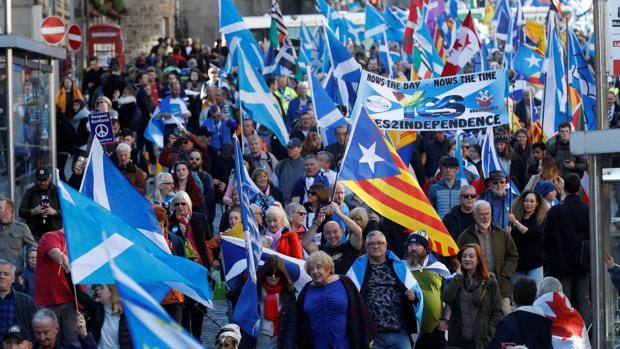 Los manifestantes a favor de la independencia 'All Under One Banner' participan en una marcha y manifestación en Edimburgo