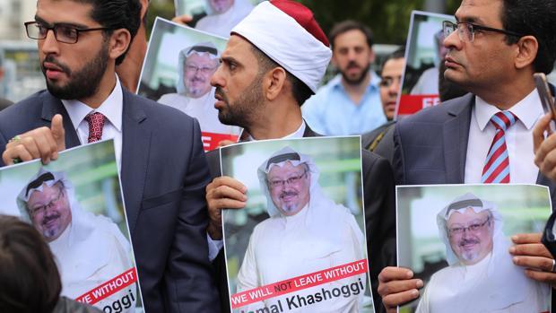 Varios activistas muestran retratos del periodista saudí desaparecido, delante del Consulado Saudí