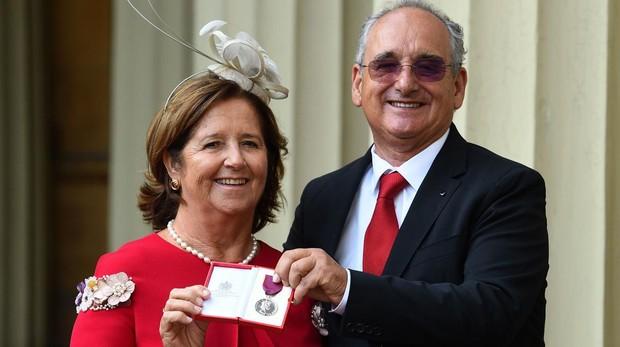 La madre y el padre de Ignacio Echeverría posan con la Medalla de Jorge