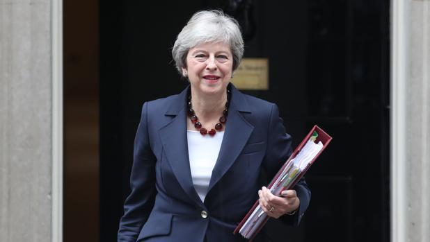 La primera ministra británica, Theresa May, sale del número 10 de Downing Street este miércoles