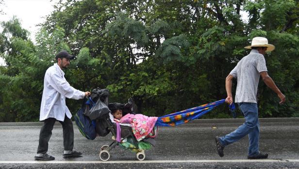 Integrantes de la caravana, a su paso por Zacapa, unos 145 kilómetros al este de Ciudad de Guatemala