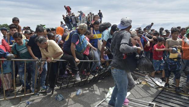 La caravana se enfrenta con la Policía y cientos entran por la fuerza en México