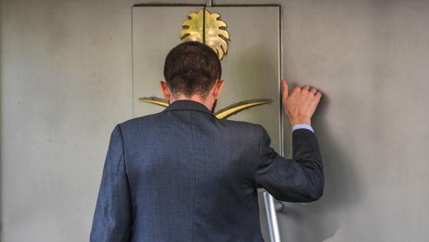 Un miembro del equipo de seguridad llama a la puerta del consulado saudí en Estambul