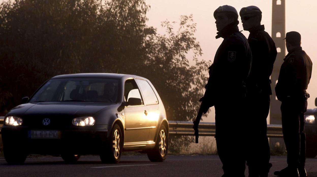 El Gobierno socialista portugués planea vender uniformes militares y de policías en internet