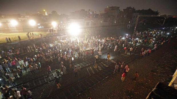 Al menos 58 muertos por el atropello de un tren en India