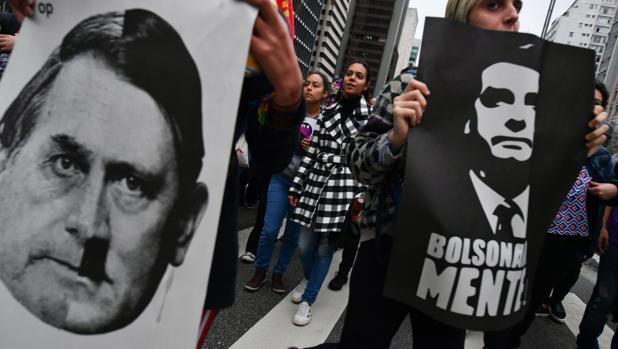 Los seguidores de Bolsonaro acosan a una periodista por denunciar corrupción en su campaña
