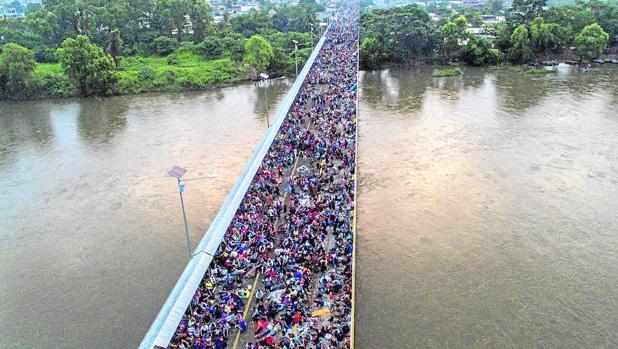 Vista aérea de la caravana cuando cruzaba la frontera de Guatemala con México en el puente de Ciudad Hidalgo, en Chiapas