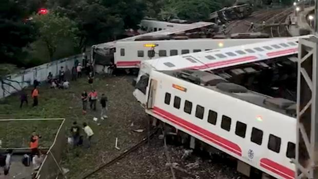 Image result for Descarrilamiento de tren causa 18 muertos en Taiwan