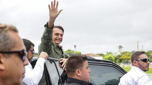 El candidato ultraderechista Jair Bolsonaro, sale de emitir su voto en una area militar