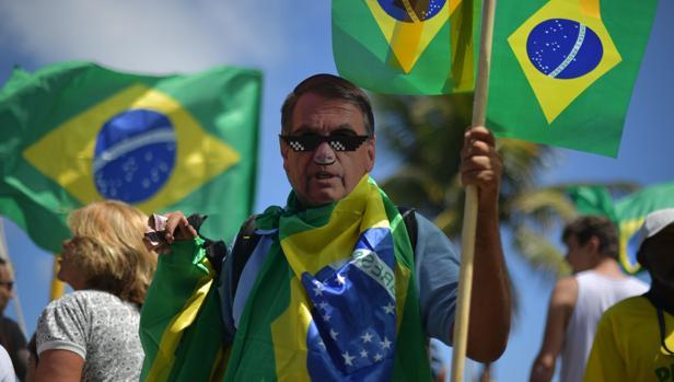 Un seguidor del derechista Jair Bolsonaro, durante la jornada electoral en Brasil