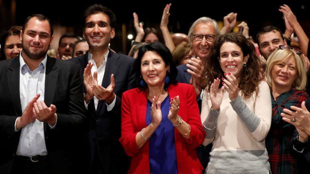 La candidata de Sueño Georgiana, Salome Zurabishvili (en el centro), celebra los resultados de los sondeos