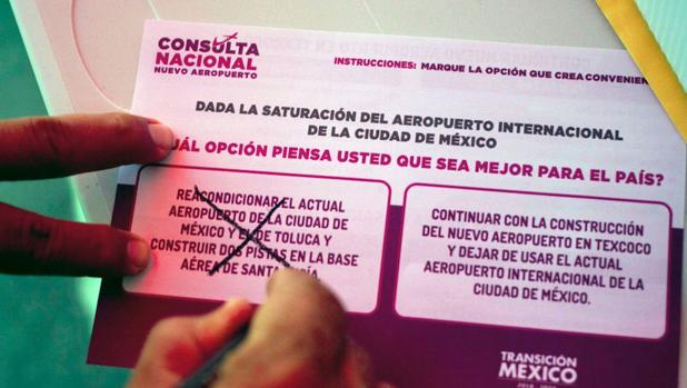 Un ciudadano mexicano vota en la consulta popular
