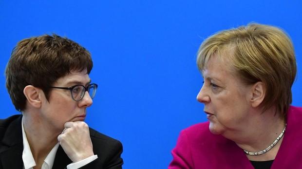 Annegret Kramp-Karrenbauer, la favorita para suceder a Merkel, junto a la todavía canciller