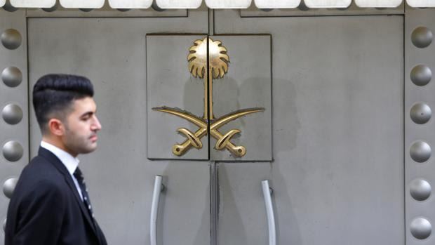 Un miembro del personal de seguridad se encuentra en la entrada del consulado de Arabia Saudí en Estambul