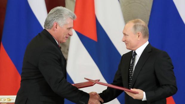 El presidente ruso, Vladímir Putin (d), y su homólogo cubano, Miguel Díaz-Canel, durante la firma de acuerdos bilaterales celebrada tras su reunión en el Kremlin