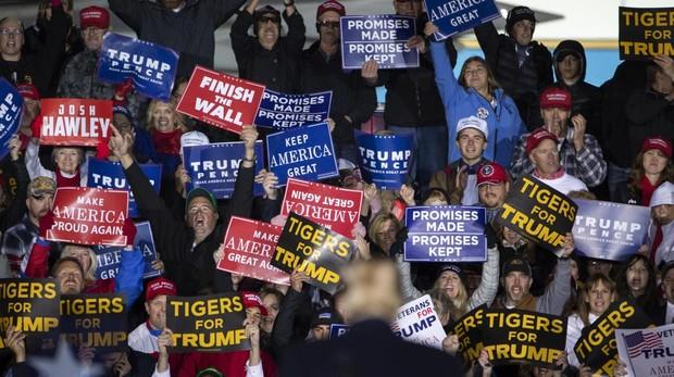 El presidente Trump (de espaldas), durante un acto electoral en el estado de Misuri, este jueves