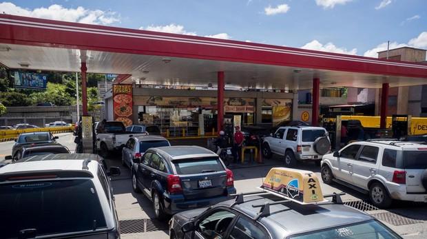 Image result for Escasez de combustibles en Caracas, Venezuela