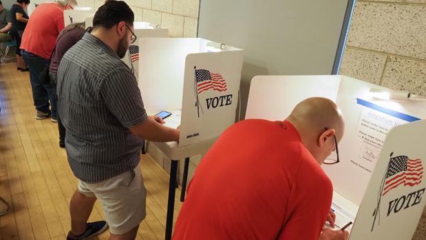 Electores estadounidenses ejercen su derecho en el periodo de voto anticipado en Los Ángeles