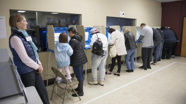 Personas emiten sus votos en una iglesia en Minneapolis, Minnesota