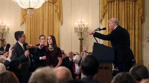 Trump señala a Acosta mientras una empleada de la Casa Blanca coge el micrófono de las manos del periodista