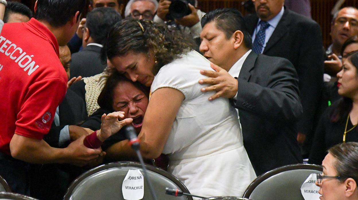 La diputada Carmen Medel se entera del asesinato de su hija en plena sesión del Congreso