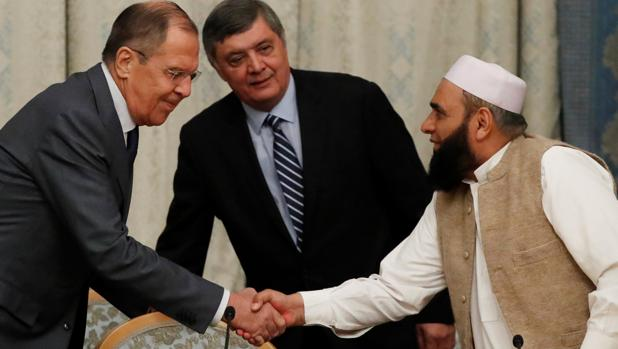 El ministro ruso de Exteriores, Serguéi Lavrov, da la bienvenida al talibán Alhaj Mohamed Sohail Shaina