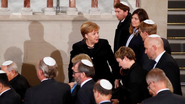 La canciller alemana, Angela Merkel, aparece en una foto en una ceremonia para conmemorar el 80 aniversario de la Noche de los Cristales Rotos